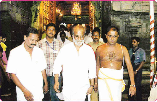 Rajinikanth visits Mantralayam temple