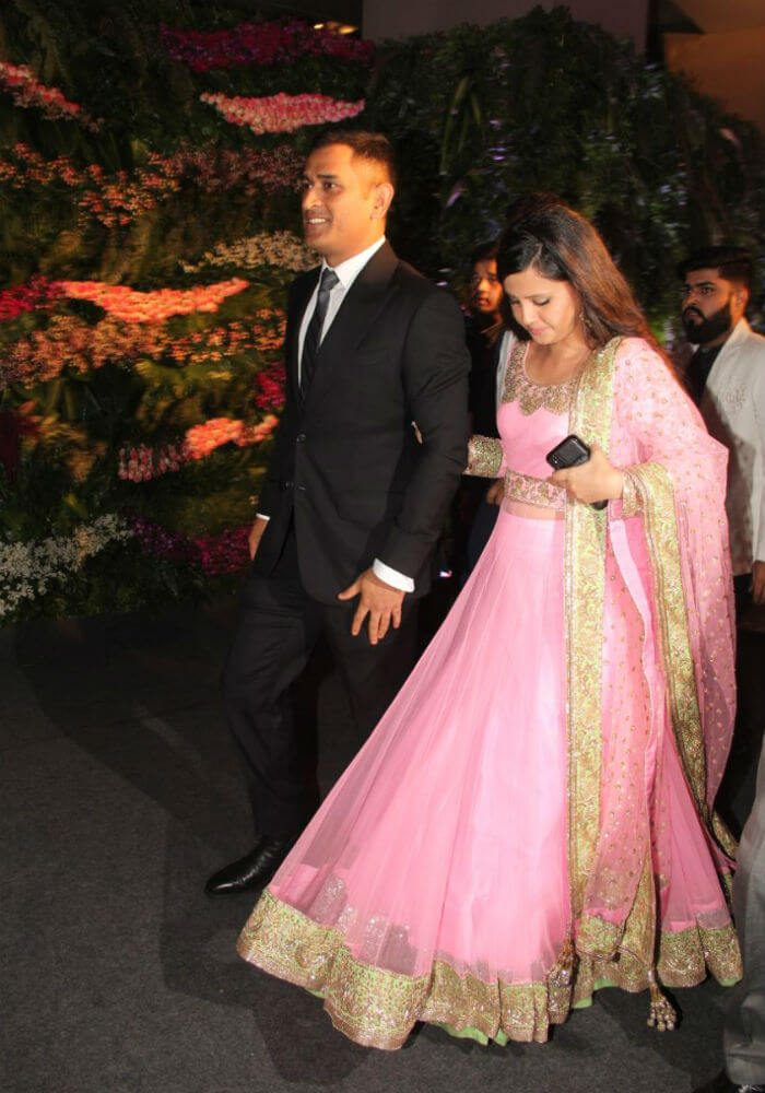 Dhoni and Sakshi arriving at Virushka's Mumbai reception