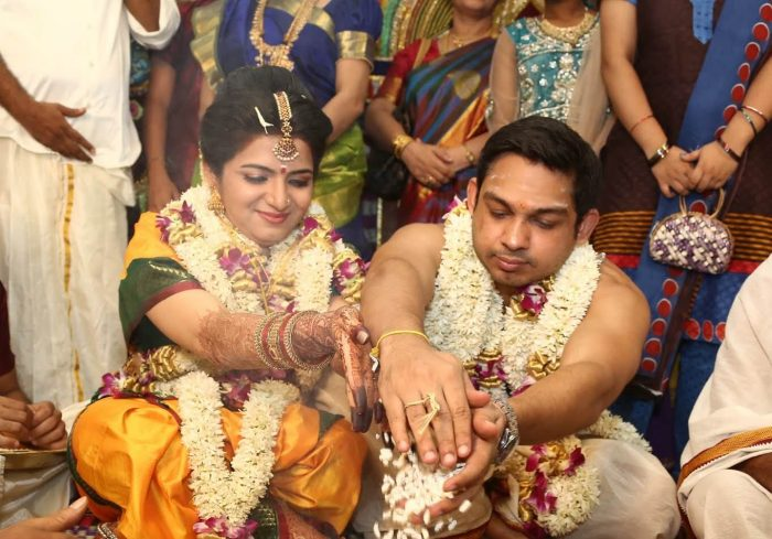 Mehndi Ceremony Wiki : Anchor dhivyadharshini dd wiki age husband salary movies