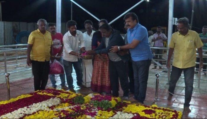 Captain Vijayakanth Pays Homage to Late DMK Chief Karunanidhi at Marina