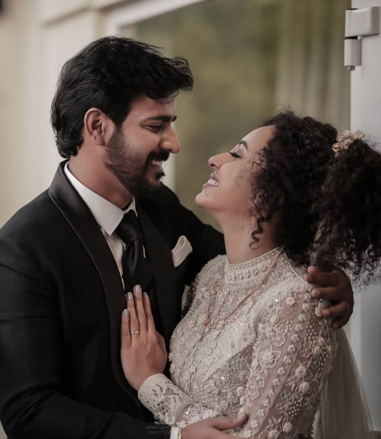 Srinish Aravind wife Pearle Maaney